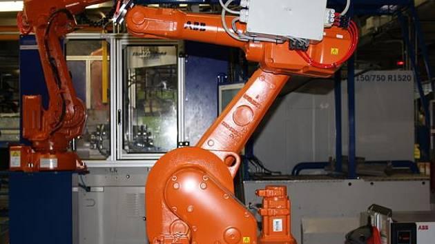 Robot na jednom z pracovišť společnosti Witte v Nejdku.
