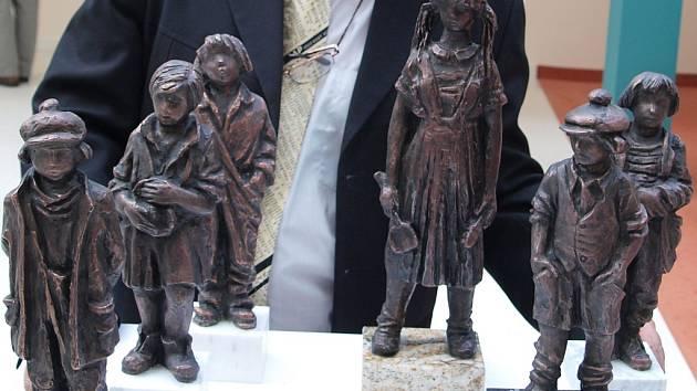 Bronzové sošky postav z románu Bylo nás pět Karla Poláčka s Rampepurdou.