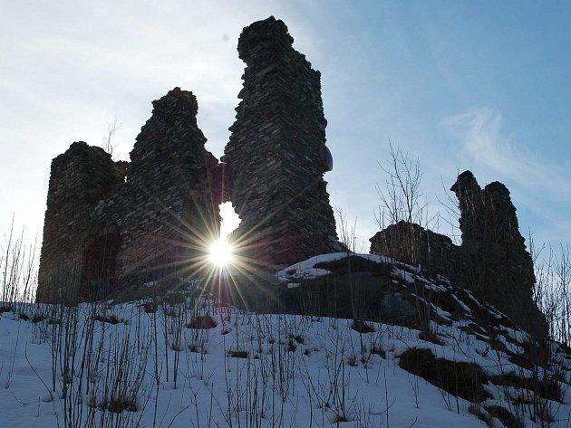 V MINULÉM ROCE začala rekonstrukce zříceniny hradu v Andělské Hoře. V první fázi šlo hlavně o zabezpečení zdí.