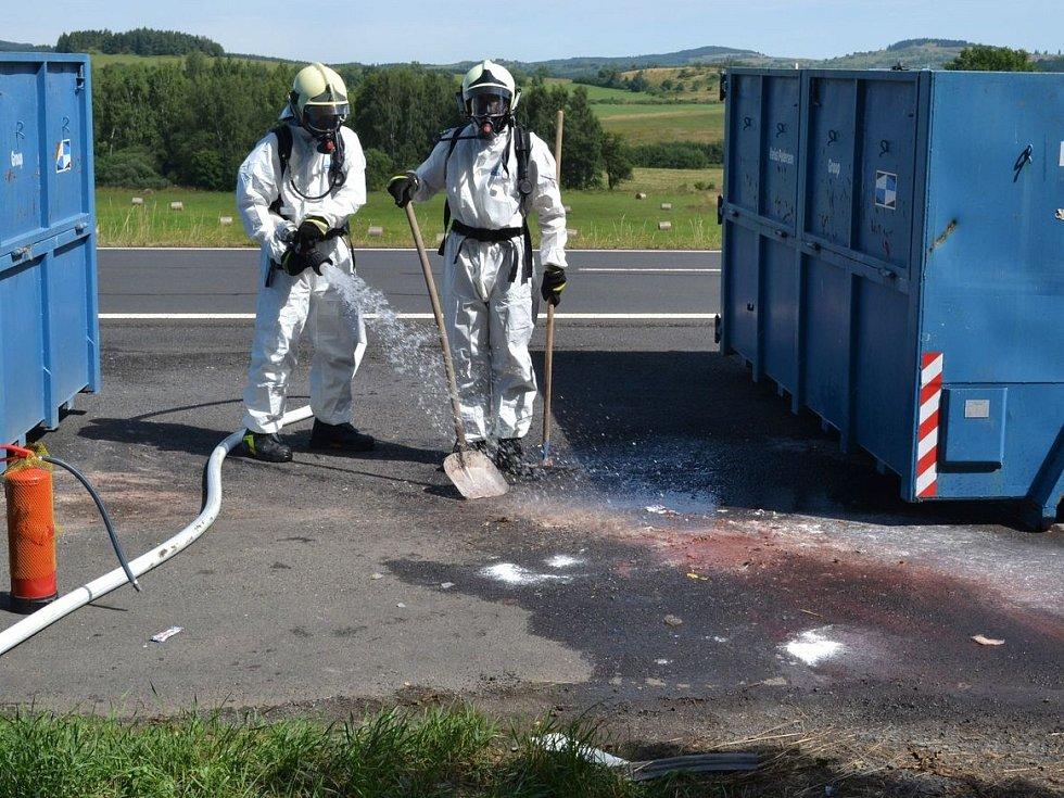 V kontejneru s odpadky hořela na silnici u Bochova nebezpečná látka
