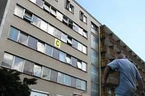 Karlovarská krajská nemocnice má zaplatit pokutu deset milionů korun.