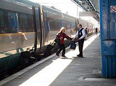 RYCHLEJŠÍ spojení, lepší vlaky a mírná úprava cen. S tím vším přicházejí České dráhy v Karlovarském kraji.