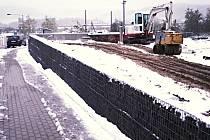 ZBOURAT? Zastupitelé v Jenišově budou v úterý rozhodovat o tom, zda společnosti DyCom Group vypovědí smlouvu. Kvůli stavbě zdi na pozemcích obce, kterou stavební úřad nepovolil.