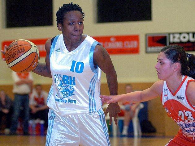 Basketbalistky Lokomotivy (v bílém) si na domácí palubovce připsaly na své konto vysokou výhru nad družstvem Pardubic (v červeném) v poměru 96:53.