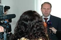 Bečvář před kamerami. Bývalý náměstek protikorupční policie odpovídal na dotazy novinářů už minulý týden. Tehdy bylo důvodem podané trestní oznámení kvůli projektu Cultura 2000.