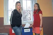 Studenti a studentky třídí odpad. Jednou z věcí, která se na obchodní akademii v rámci zájmu o životní prostředí podařilo úspěšně realizovat, je například třídění odpadů.