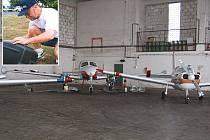 NEJISTÁ SEZONA. V tomto hangáru měla firma Fun Air provozovat aerotaxi. Jedním z pilotů, kteří měli na projektu zásluhu, byl také tragicky zesnulý instruktor Petr Toužimský (malé foto).