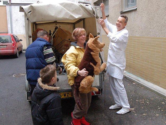 PROJEV VDĚČNOSTI. Ronald, Ester a Jesse Oosterbaanovi včera předali sponzorské dary karlovarské nemocnici.