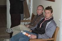 Ztratili paměť. Bratři Karel a Jaroslav Kubelkovi (na snímku zprava), kteří v roce 1997 prováděli v klášteře Teplá úklidové práce, si téměř na nic nepamatují. Ani nevěděli, kolik za to dostali.
