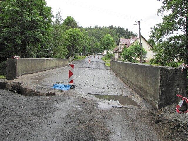 Pod silničním mostem byly ukryty trhaviny z konce druhé světové války.