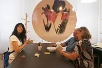 O NÁVŠTĚVNICKÉ CENTRUM porcelánky Thun v Nové Roli je velký zájem. Lidé si tady mohou pod dohledem Růženy Dolinové (vlevo) vyzkoušet, jak se například dekoruje porcelán.