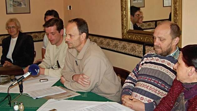 POPRVÉ OFICIÁLNĚ SPOLU. Členové petičního výboru proti hale, sdružení Občané proti bezpráví a zastupitelé se včera sešli poprvé společně na tiskové konferenci, na které vysvětlovali své důvody občanské neposlušnosti.