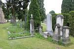 Ostrovský hřbitov je starý několik staletí. Kostel svatého Jakuba zde byl vybudován na počátku 13. století. Na hřbitově se nachází řada starých hrobů.
