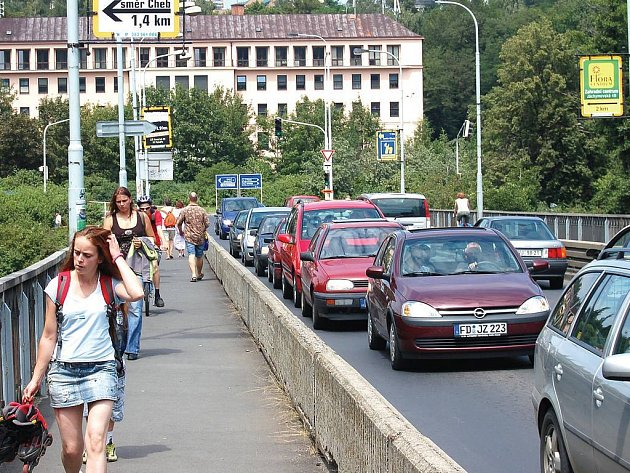 Zavřený most ve Varech komplikuje dopravu a nově také nefungující semafor.