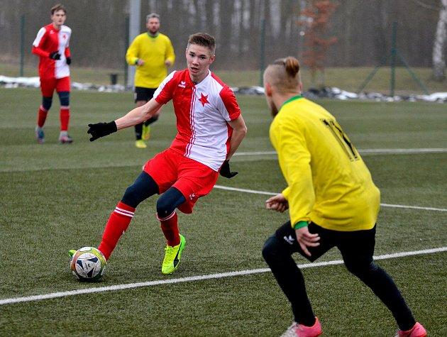 Jediné utkání odehráli hráči karlovarské Slavie, kteří slavili výhru 4:0 nad týmem Vintířova (ve žlutém).