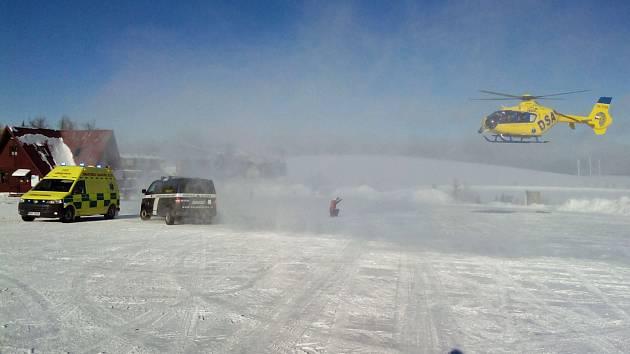 Pro zraněného lyžaře přiletěl vrtulník.