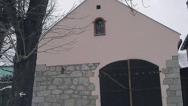 Rekonstrukce historické stodoly v Černavě byla dokončena. Náštěvníci se mohou těšit na stálou expozici dobových fotografií.