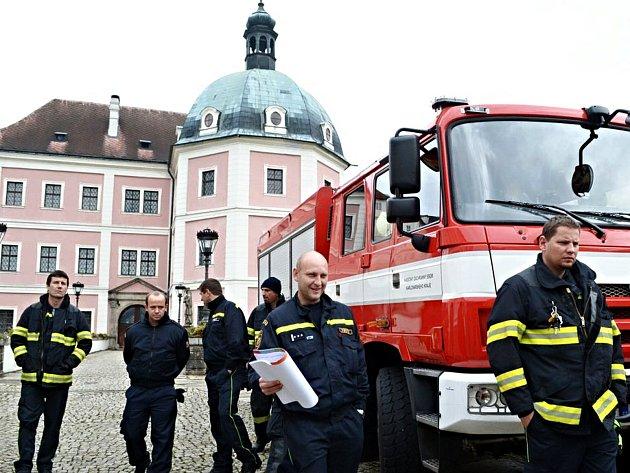 Poslední novinky a celý systém vlastní dodávky vody si na hradě a zámku prohlédli v rámci pravidelné odborné přípravy velitelé družstev a čet profesionálních hasičů z Karlových Varů a Toužimi.