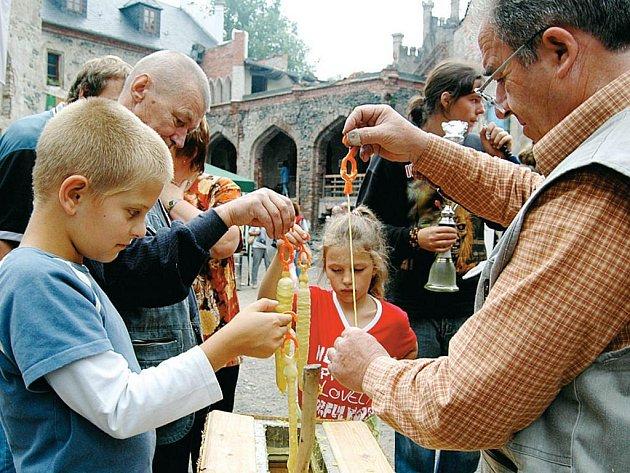 Horní hrad nabízí každý víkend kulturní akce (na snímku Chvála medu, která se koná dnes). Právě s nimi mají letos na Hauenštejně největší problémy, a to kvůli počasí.
