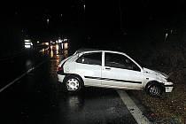 PŘES STŘECHU poslala svůj peugeot čtyřiadvacetiletá řidička na silnici I/13. Zraněnou ženu převezla záchranka do ostrovské nemocnice.