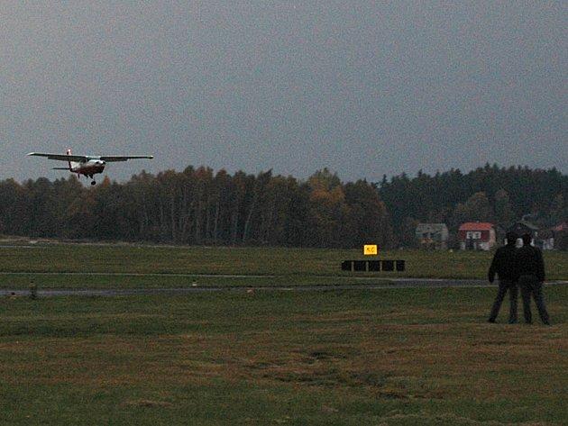 Letadlo přelétá nad přistávací dráhou.