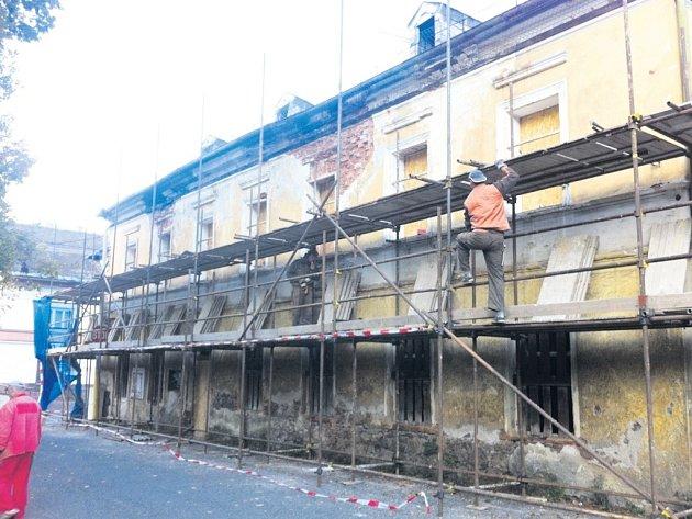 Opravy začínají. V říjnu a listopadu bude obnoven střešní plášť objektu bývalého hotelu Praha v areálu lázní v Kyselce. Mattonka se chystá na opravu dalších objektů.