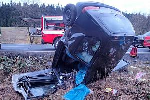 Jedna z posledních nehod v Karlovarském kraji se stala před měsícem u Perninku. Pro řidiče musel přiletět vrtulník.