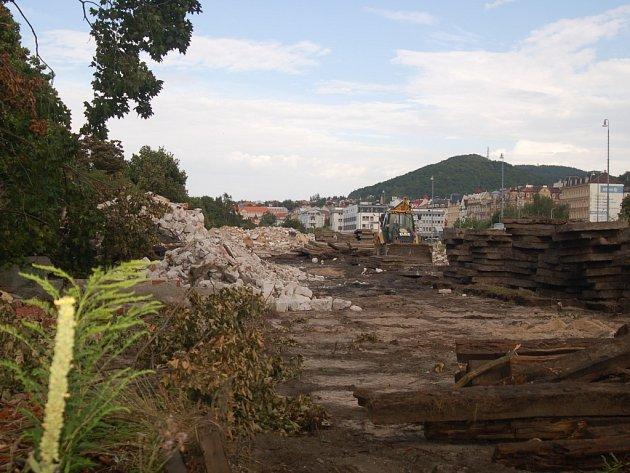 Do areálu Dolního nádraží se už zakously bagry a celá lokalita je už zplanýrovaná a téměř k nepoznání.
