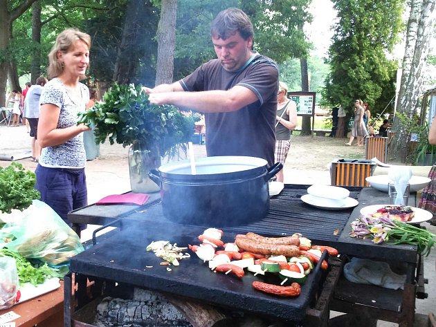 Jiří Šindelář v roli kuchaře při jedné z akcí v botanické zahradě.