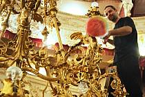 NAD ZEMÍ. Lustr v Městském divadle omývají a kontrolují zaměstnanci. Péči má historické svítidlo jako v rukavičkách, oprášit je nutné každé cingrlátko i 66 žárovek.
