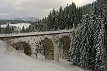 U perninského nádraží můžete vidět technickou památku, obloukový kamenný viadukt.