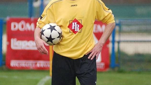 Souboj nejlepších týmů přeboru zvládl lépe Chodov, který duel s Toužimí vyhrál v poměru 2:0. Své by o tom mohl vyprávět toužimský fotbalista Jiří Schveiner.