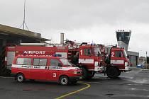 Hasiči karlovarského letiště.