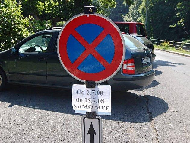 Dopravní omezení. Zaparkovat v centru lázeňské části Karlových Varů bude o festivalu velice obtížné.