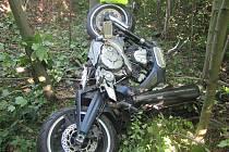 ZNIČENÁ MOTORKA a těžce zraněný motocyklista. Takový je výsledek dopravní nehody, která se stala mezi obcemi Svatava a Oloví na Sokolovsku.