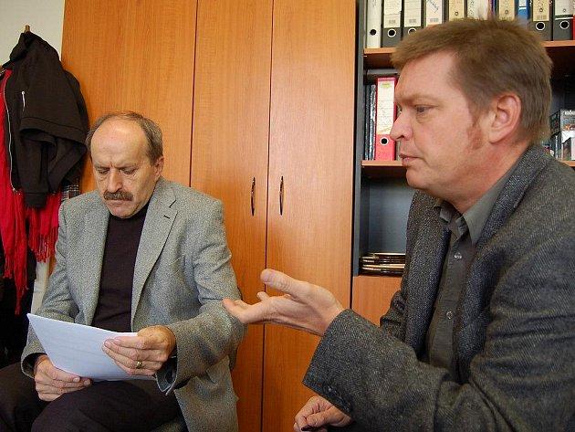 Rektor karlovarské vysoké školy Pavel Švejda (vlevo) a předseda správní rady školy Jiří Drábek.