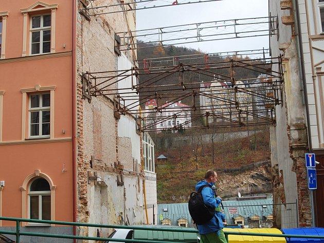 DOMY v Karlových Varech to opravdu nemají lehké. Některé jsou opraveny tak, jak mají být, některé ale z města definitivně a nenávratně zmizí. A ne vždy je za tím jejich technický stav.