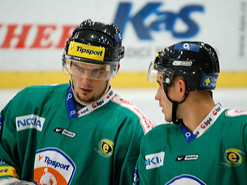 Michal Dobroň (vlevo) a Jan Košťál se radí před zahájením přesilové hry.