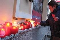 DESÍTKY SVÍČEK se včera v podvečer rozhořely u karlovarské hlavní pošty. Lidé je tady zapalovali jako připomínku na čtvrt století od listopadových událostí roku 1989. Nechyběli mezi nimi pamětníci oněch bouřlivých událostí, ale i zástupci mladé generace.