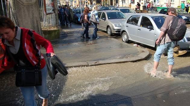 Prasklý vodovodní řád způsobil, že se nebývalý proud vody připomínající rozvodněný potok řítil ulicemi města. Části Moskevské, Bělehradské a Jaltské ulice byly během chvíle zatopeny.