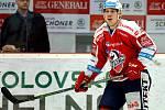 Hokejisté HC Energie (v bílém) podlehli Dynamu Pardubice a reálně jsou ohroženi sestupem.
