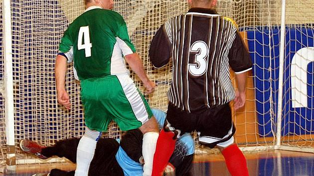 Ani ve čtvrtém kole se nováček krajského futsalového přeboru FC Jenišov (v černém) bodového zisku nedočkal. Tentokrát nestačil na habartovský Rád (v zeleném), kterému podlehl 1:4.