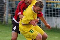 Útočník1.FC Karlovy Vary - Marián Geňo (ve žlutém).