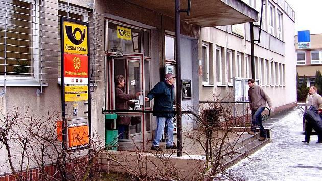 NŮŽ NA HRDLE. Novorolská pošta dostala od radnice ultimátum – buď přistoupí na navýšení nájemného, nebo dostane z prostor výpověď.
