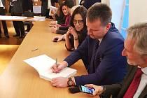 Ze slavnostního podpisu hotové nominační dokumentace měst, která v rámci takzvané sériové nominace usilují o zápis na seznam světového dědictví UNESCO,