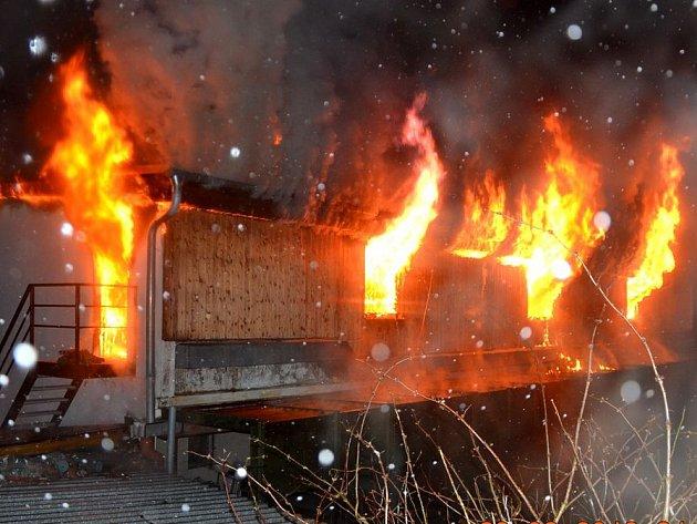 Požár zničil objekt restaurace a diskotéky Calypso.