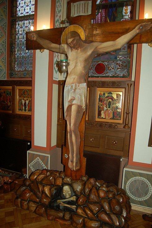 Zatímco ty křesťanské vánoční svátky skončily, ty pravoslavné právě začínají. V karlovarském Chrámu svatého Petra a Pavla se konala slavnostní bohoslužba, které se zúčastnila skupinka věřících.