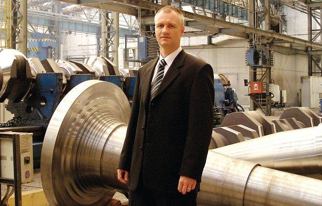 ŘEDITEL PILSEN STEEL. Generální ředitel Michal Horáček představuje prostory jedné z hal společnosti Pilsen Steel.