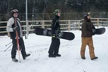 Největší skiareály v regionu zatím pokračují v provozu.