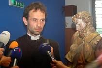 Sochu sv. Rocha převral farář Petr Řezáč z Farního úřadu Žlutice.